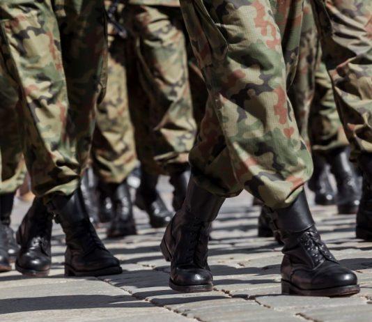 Uygun Adım Yürüyen Askerler